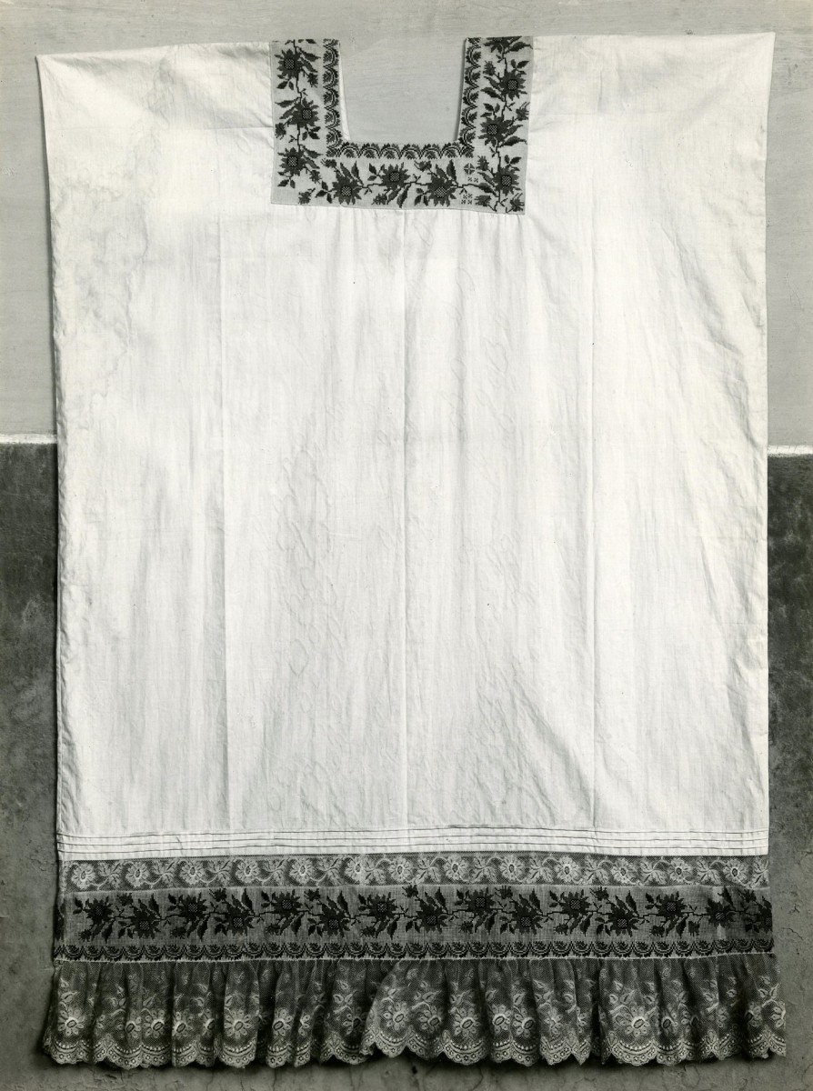 (Huipil Embroidered with Flowers)