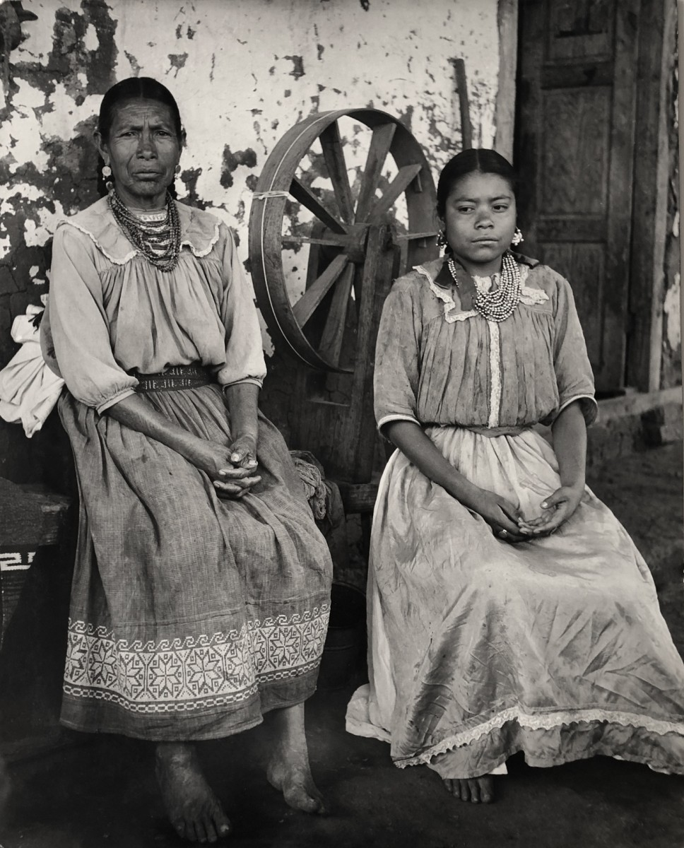 Madre e hija con sus mejoes ropas / Mother and daughter in their best clothes, Janitzio, Michoacan